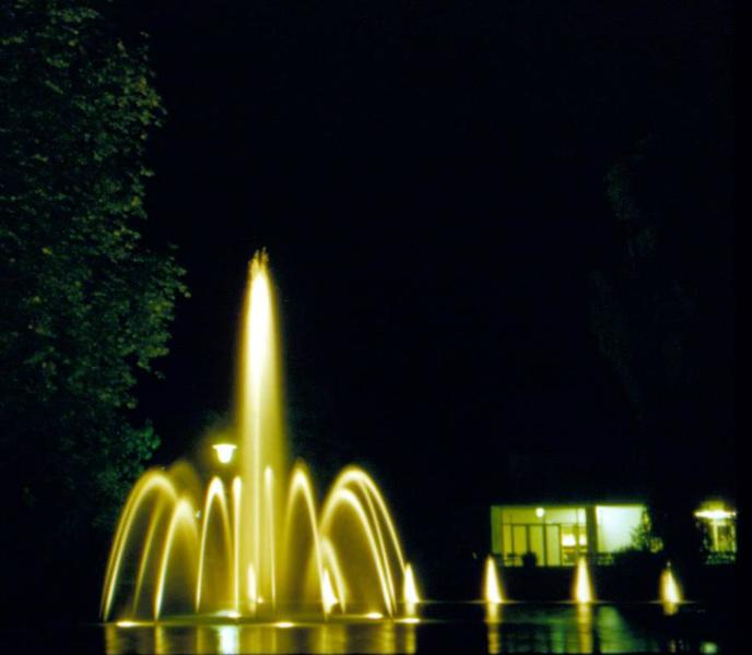 Nächtlicher Springbrunnen vor Stadthalle